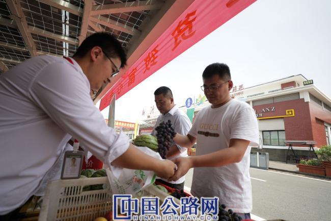 2-京沪公司和新沂市政府联合并举办了新沂地方土特产展销会。.jpg