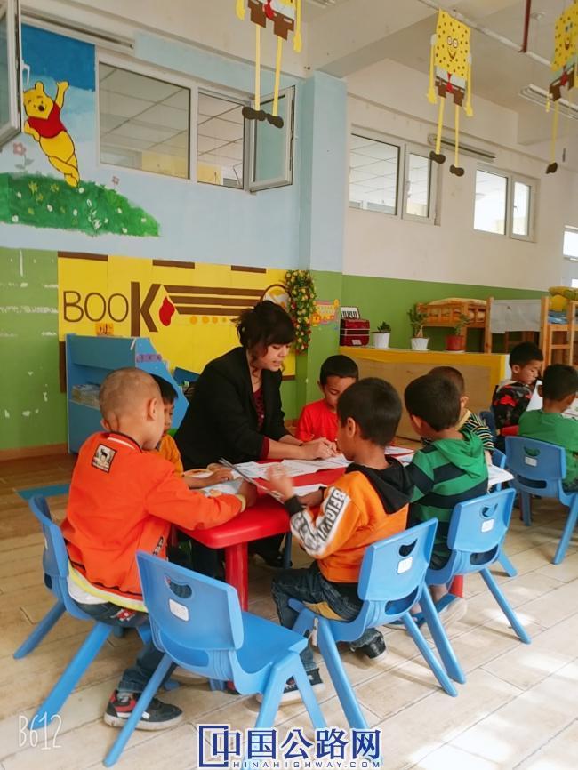 图为援南支教干部辅导孩子们功课。 来源:努斯热提·伊米提.jpg