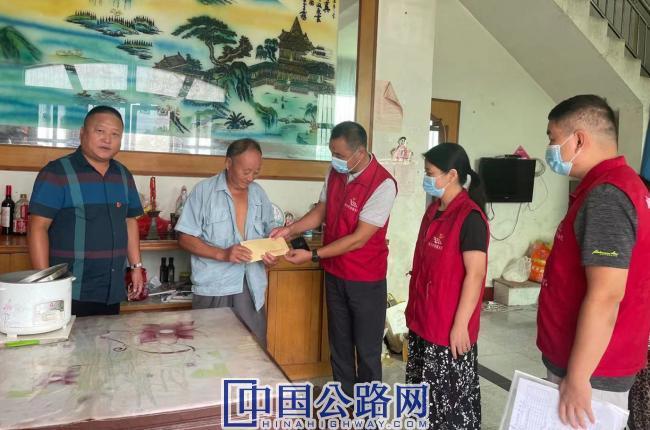 2021.9.28高邮公路:国庆节慰问农村生活困难党员.jpg