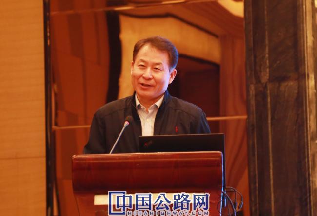 中国公路学会副秘书长巨荣云主持会议.jpg
