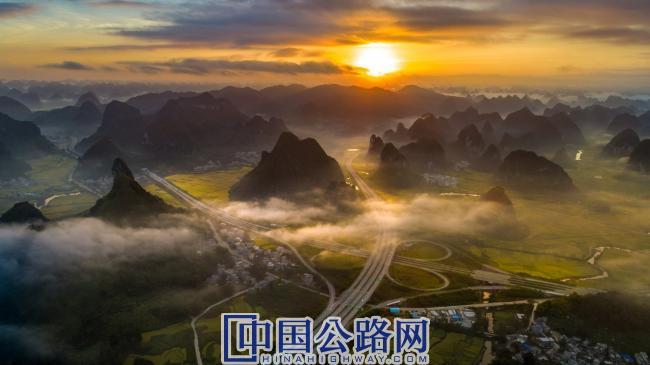"""靖西至那坡高速公路——贯彻绿色公路建设理念,实现良好的石质边坡生态恢复和有效耕地复垦,在竣工验收中综合评分、设计评分均创广西公路建设史新纪录,被中外媒体誉为""""中国最美公路""""。.jpg"""