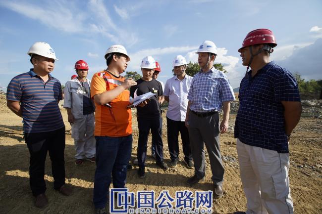踏勘工程一线,听取驻地设代汇报工程建设情况 (2).JPG