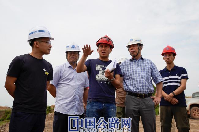 踏勘工程一线,听取驻地设代汇报工程建设情况.JPG
