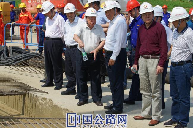 1郑皆连院士在平南三桥拱座基础施工现场调研指导.JPG