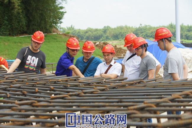 3广西交通设计集团勘察设计人员到建设现场提供技术指导、解决技术难题.JPG