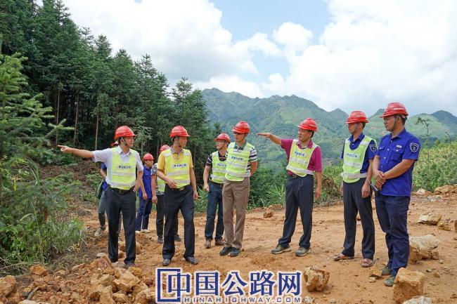 周铮在公路工程建设一线检查指导工作.jpg