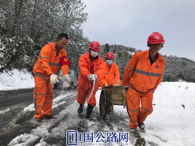 民政养护站冒寒风、除冰雪,保畅通。.jpg