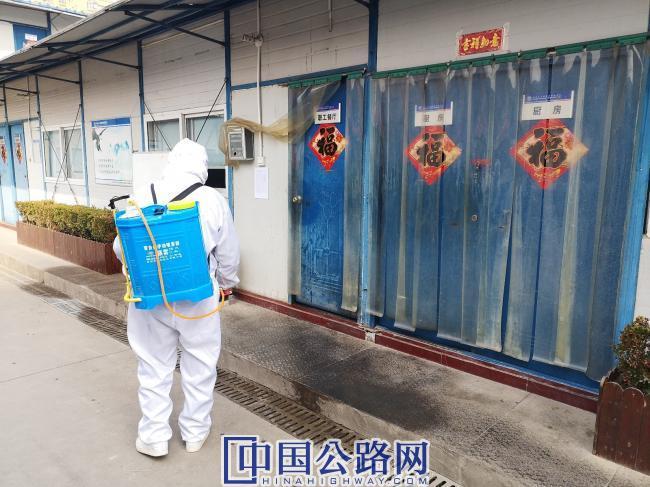 2-中铁十八局三公司西安地铁5号线装修标项目部员工对项目部全面消毒.jpg