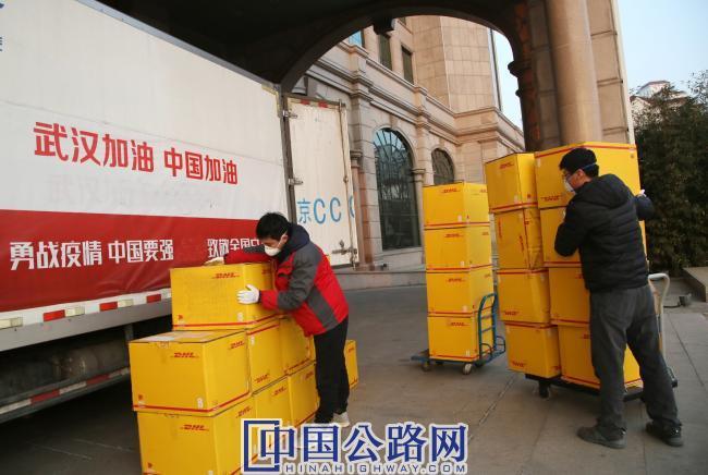 5-中铁十八局集团向湖北、天津等抗疫一线捐赠口罩等防疫用品.JPG