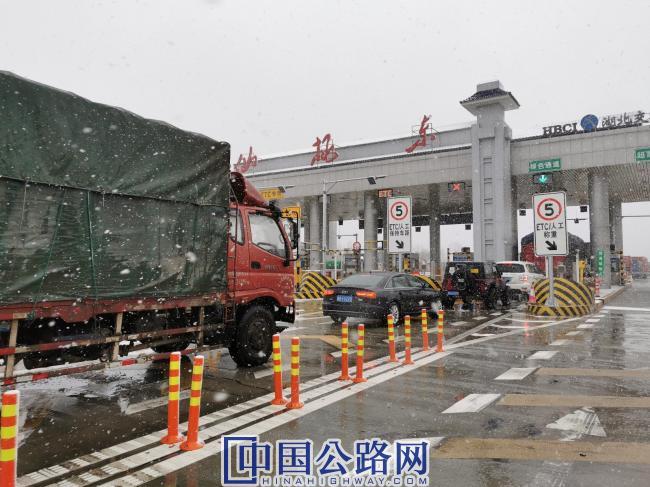 仙桃东管理所通行现场(从2月4日到至月14日期间,仙桃东收费站的车流量共计17060辆,平均每日有1700多辆应急车辆通过).jpg