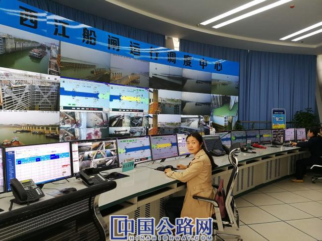 赵奇志在梧州长洲水利枢纽三四线船闸监控中心.jpg