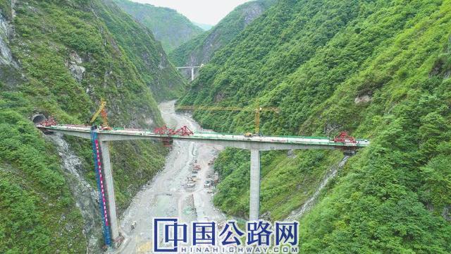 四川省重点交通项目绵茂公路控制性节点工程小木岭大桥合龙
