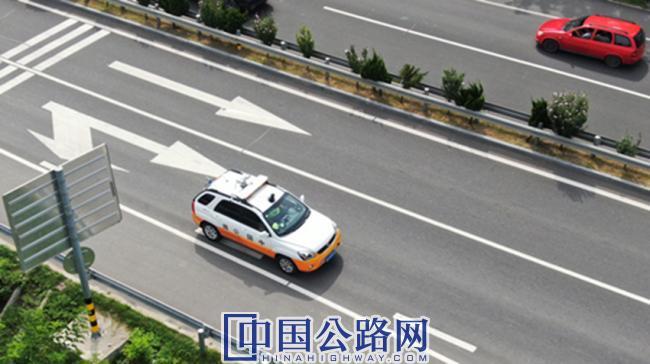 路政巡查车装载轻量化路况检测设备进行路况检测.JPG