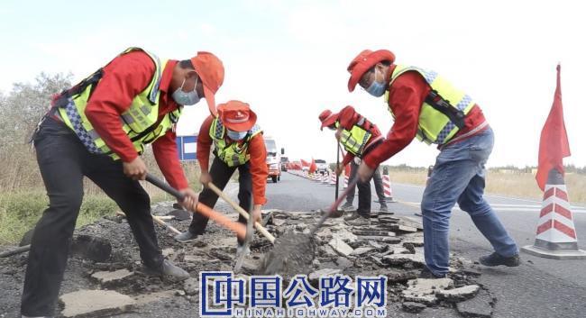 2020年10月27日库尔勒公路管理局职工寒来暑往,一锹一耙,精心平整着公路。 (摄像:魏虹).jpg