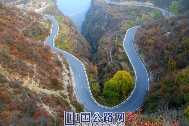 秋日,林石公路蜿蜒于层林尽染的太行山峡谷内。(《中国公路》杂志实习记者 张林 摄).JPG