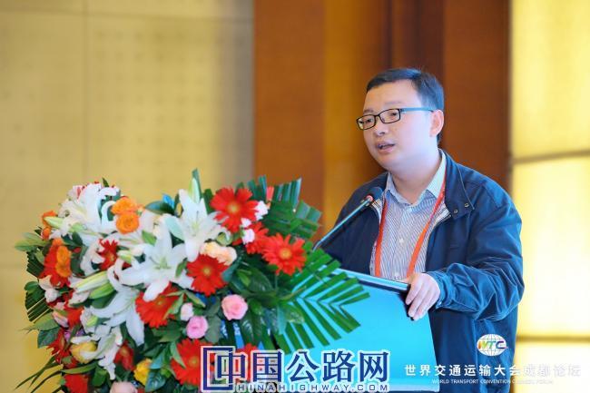 5-王少飞作题为《成渝大通道智慧高速公路建设与运营思考》报告.JPG