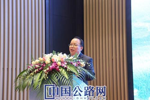 梅君主持开幕式。《中国公路》杂志实习记者 张林 摄.JPG
