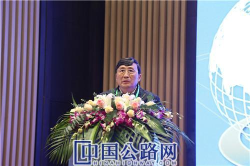 孟凡超作主旨报告。《中国公路》杂志实习记者 张林 摄.JPG