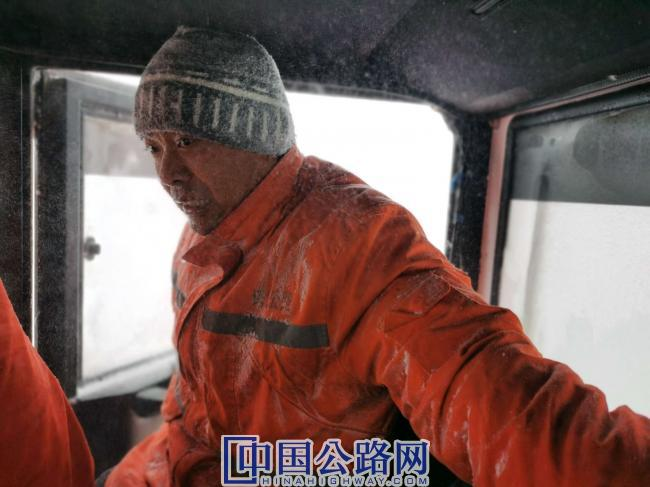 4 驾驶员尹艳涛从暴风雪里回到车上(摄影:别尔克·叶尔兰).jpg