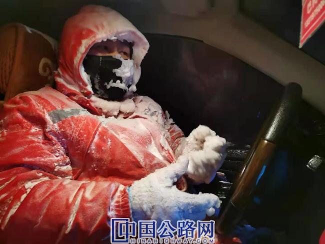 5-在1·22新疆塔城暴风雪里救援了20分钟的巴图散回到车里,已变成了冰雪人(摄影:别尔克·叶尔兰).jpg