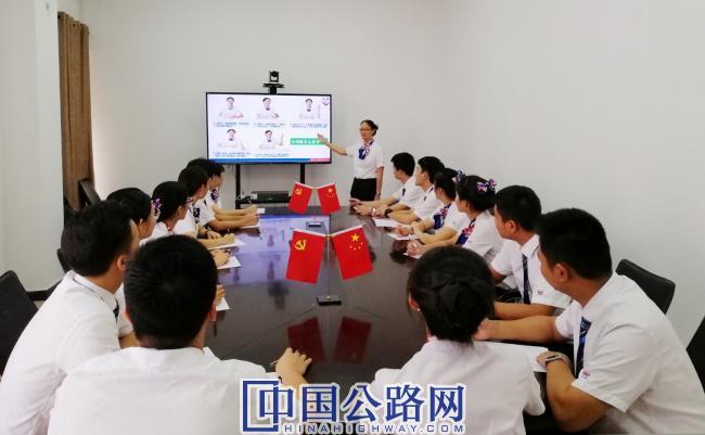 """讲解""""四点服务管理法""""(摄影:柯燕飞).jpg"""