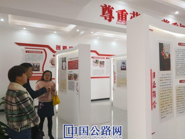 图为:吉水公路分局副局长向学习组一行介绍劳模工作室相关创建内容0.jpg