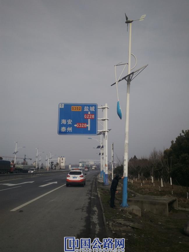 图为:路政人员在G228线3246k 300m勘查损坏路灯现场 季方清摄.jpg