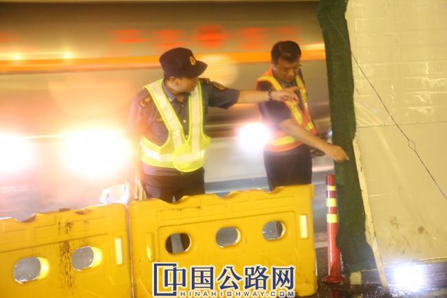 路政人员对245省道安全检查.JPG