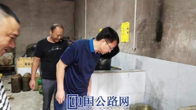 9月6日,大足交通局局长覃伦富在双桥经开区维修厂检查油污分离池设备。蒋文友 摄影.jpg