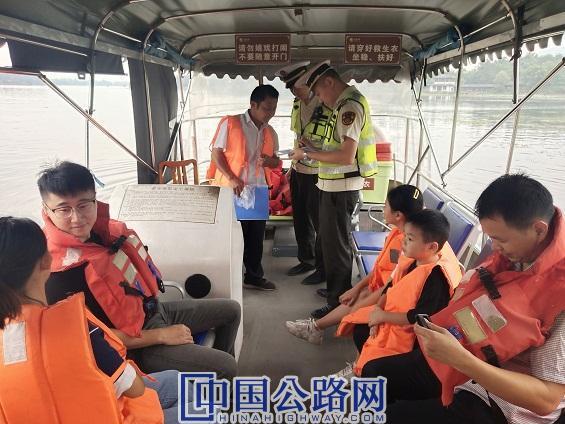 10月3日,大足交通执法队员在龙水湖景区双桥码头开展执法图。雷晓英 供图 (2).jpg