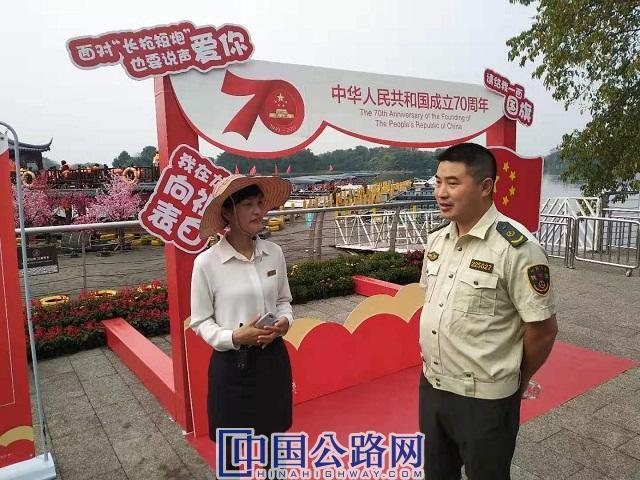 10月2日,大足交通执法队员在龙水湖景区开展执法图。雷晓英 供图.jpg