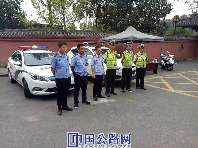10月5日,大足交通执法队员在宝顶山景区开展联合执法图。雷晓英 供图.jpg