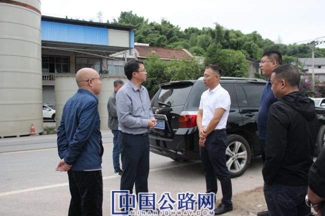10月8日,大足区交通局党委书记、局长覃伦富(左2)在G246城南至龙岗互通段施工现场了解工程进度情况。李波摄影.png