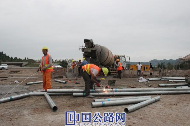10月8日,G246城南至龙岗互通段忙碌的施工现场一瞥。李波摄影.JPG