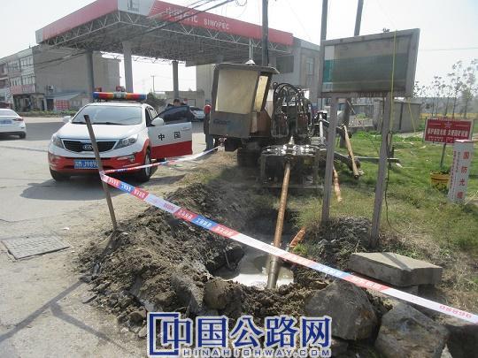 泰兴公路站及时制止穿越公路埋设管道行为.JPG