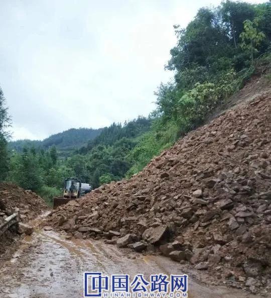G321線波里村路段受阻 三江公路人清理塌方保路暢