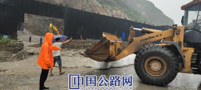 码放吨袋,阻挡袭击公路的河水.jpg