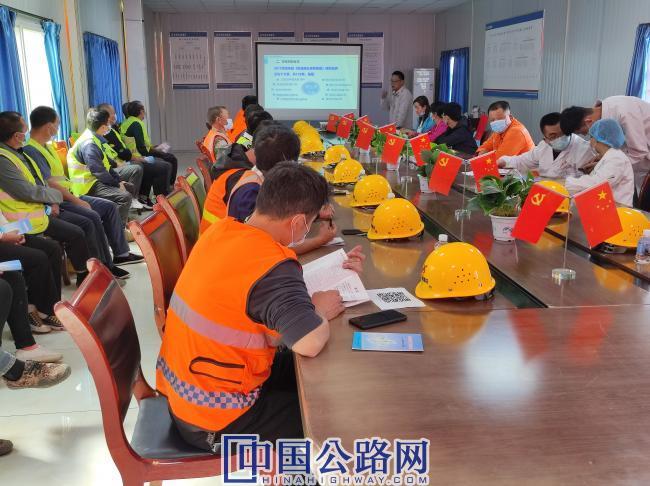 图:西安分公司甘肃卓合ZH02项目部举办职业卫生健康专题讲座 1 孙明忠摄.jpg